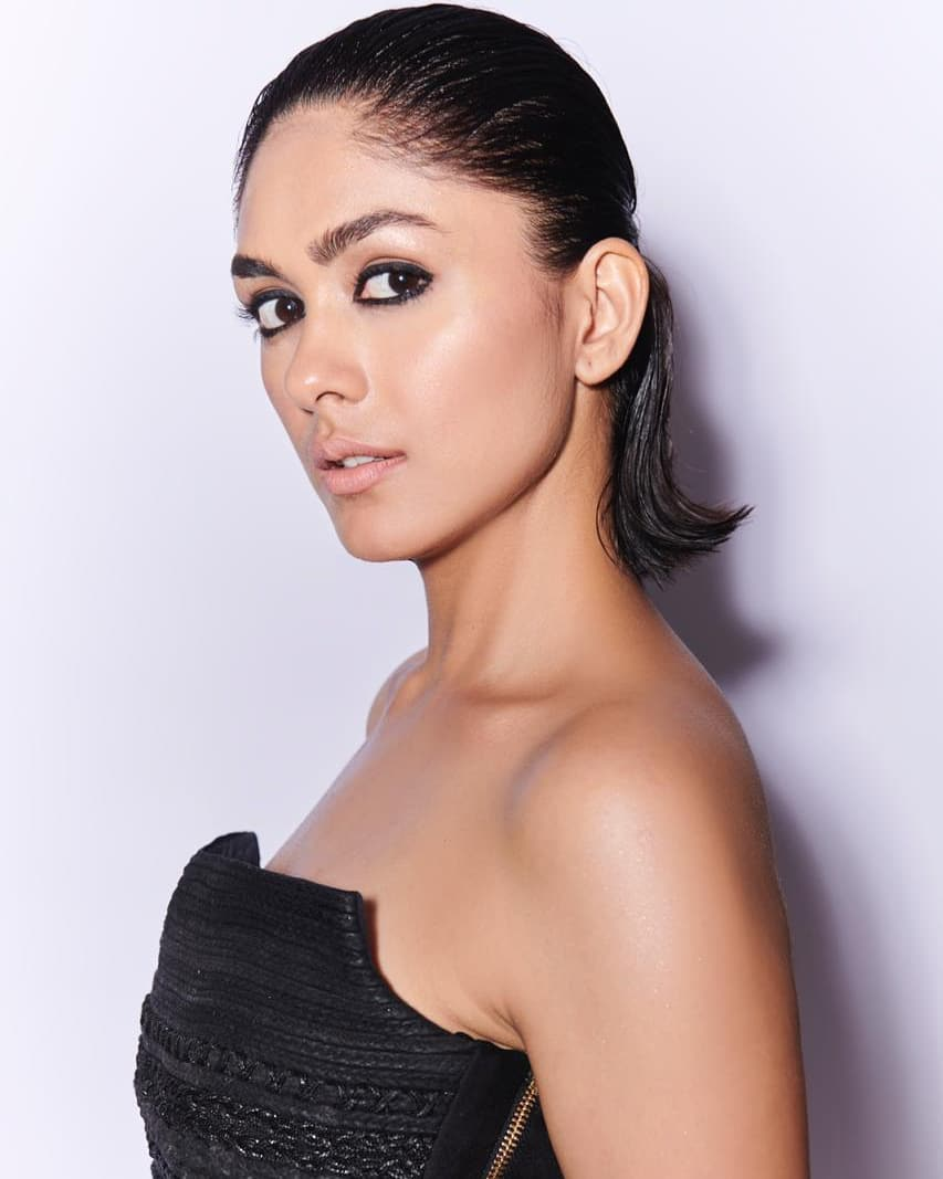 Mrunal Thakur bollywood actress